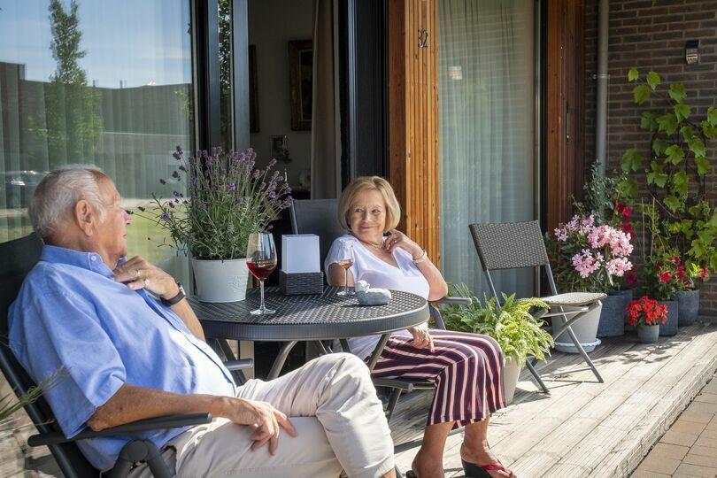 Guy en Héléne genieten van hun terras in Het Dorp